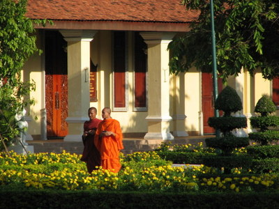 Tourist_monks_at_palace_phnom_penh