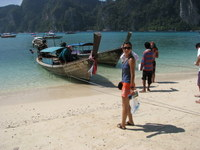 Longtail_boat_out_to_beach_2